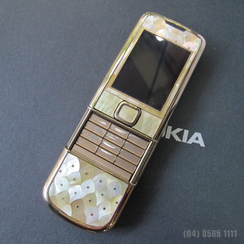 Nokia 8800 Gold Arte như mặc trên mình chiếc hoàng bào
