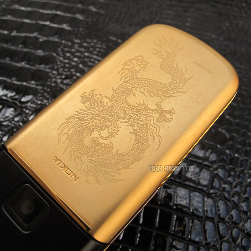 Mặt sau của Nokia 8800 Black Gold Arte được chạm một hình rồng chìm